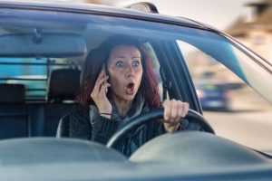 Dvigubą ištisinę magistralėje kirtusi BMW vairuotoja teisinosi panikos priepuoliu