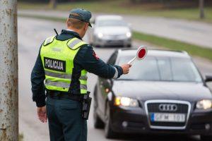 Prie vairo girtai sulaikytai Panevėžio teisėjai gresia baudžiamoji atsakomybė