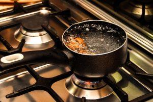 Mažametį motina karštu vandeniu apiplikė gamindama maistą