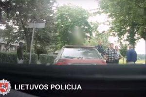 Dideliu greičiu pieną vežęs vairuotojas kyšiu pareigūnų nesuviliojo
