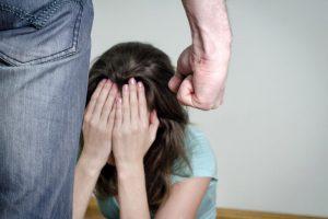 Raseinių rajone dviejų mažamečių akivaizdoje sumušta moteris