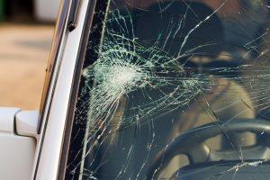 Girti globos namų auklėtiniai mušė įstaigos direktorių ir apgadino jo automobilį