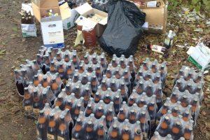 Beveik 300 litrų konfiskuoto alkoholio pareigūnai išpylė į kanalizaciją