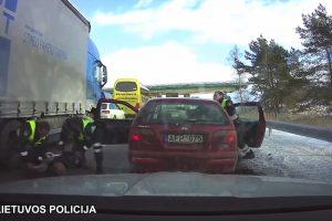 Automagistralėje šou surengusių girtų vyrų gaudynės (vaizdo įrašas)