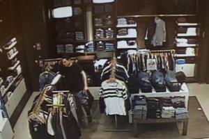 Ieškomi drabužių parduotuvę apvogę vyrai