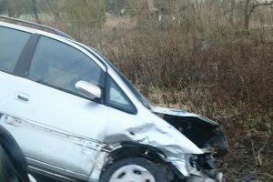 Žiauri avarija lenkiant – sužaloti trys žmonės