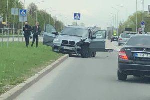Šiaurės prospekte BMW nudaužė stulpą