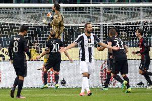 """Aštuoniolikmečio įvartis padėjo """"Milan"""" klubui įveikti lyderį"""