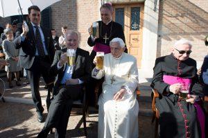 Popiežius 90-ąjį gimtadienį pažymėjo bokalu alaus
