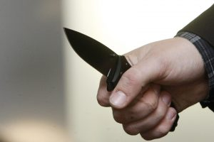 Girtas vilnietis policininkui užsimojo su iš kojinės išsitrauktu peiliu