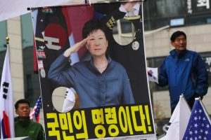 Atstatydinta Pietų Korėjos prezidentė dėl korupcijos turės kalėti 24 metus
