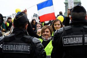 """""""Geltonosios liemenės"""" Paryžiuje šturmavo vyriausybės ministerijos pastatą"""