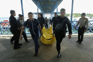 Indonezijoje dingus policijos lėktuvui jūroje rasta palaikų dalių