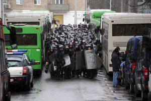 Baltarusijoje prieš mitingą vykdytos kratos, sulaikyta dešimtys žmonių