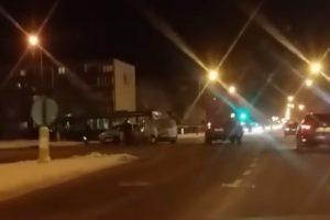 Girtas vairuotojas rėžėsi į taksi automobilį