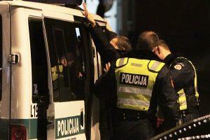 Kaune prie baro siautėjo vyras: daužėsi policijos mašinoje ir smogė pareigūnui