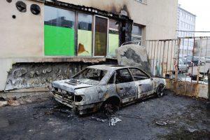 Mažeikiuose per mašinų padegimą išdužo namo langas