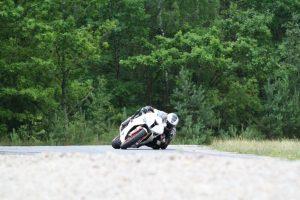 Netoli Vilniaus – motociklo ir automobilio avarija: motociklininkas iš įvykio pabėgo