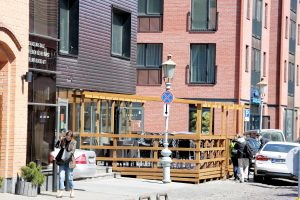 Gatvėse dygsta lauko kavinės