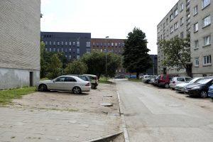 Kauno gatvėje situacija nesikeičia: automobiliai statomi, kur papuola