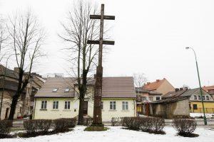 Iš skvero iškeldins kryžius