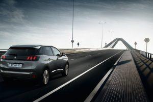 Automobilių dizaino tendencijos: nuo didelių ekranų iki dingstančio vairo