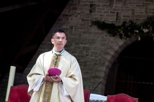 """Prancūzijos vyskupas atsistatydino """"dėl netinkamo elgesio"""" su jaunuoliais"""