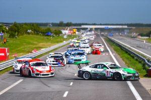 """Po pirmos lenktynių valandos – priekyje """"Porsche"""" automobiliai"""