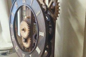 Įspūdinga: sukurtas švytuoklinis laikrodis mediniu mechanizmu