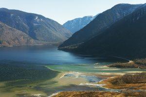 Altajuje ieškoma į ežerą nukritusio sraigtasparnio, rastas vienos aukos kūnas