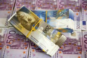 Europiečiai vis dar laiko pasenusių valiutų už 15 mlrd. eurų