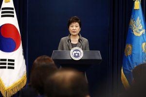 Skandalų persekiojama Pietų Korėjos prezidentė pasiruošusi atsistatydinti