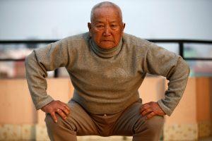 85 metų nepalietis nori atgauti seniausio į Everestą įkopusio žmogaus titulą