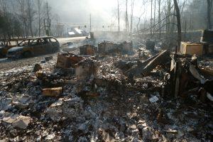 JAV pietryčiuose siaučiantys gaisrai nusinešė septynių žmonių gyvybes