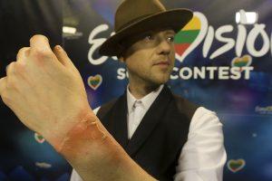 """Nesėkmingas triukas: """"Eurovizijos"""" scenoje Sasha Song apdegė ranką"""