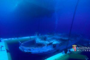 Italija iškėlė pernai nuskendusį migrantų laivą su 700-800 žmonių kūnų