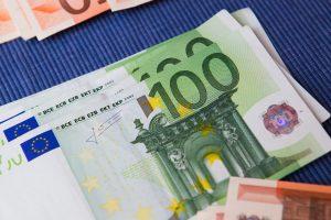 Pas nelegalius prekeivius cigaretėmis ir spiritu rasta nemenka sumelė eurų