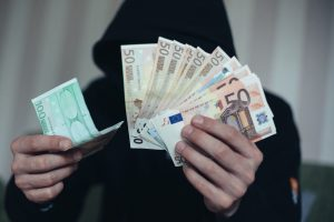 Iš alytiškio sąskaitos dingo 8 tūkst. eurų