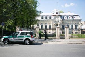 Į Baltarusijos ambasados teritoriją įmestas cigarečių pakelis su sprogmeniu