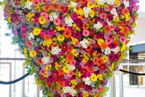 Floristas Lietuvos mamoms padovanojo 400 kg gėlių širdį