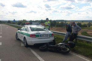 Į policijos automobilį atsitrenkęs motociklininkas pasiūlė kyšį