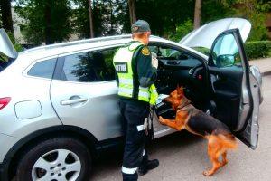 Kauniečio automobilyje 750 tūkst. eurų vertės hašišą užuodė šuo