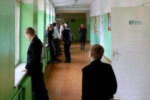 Mažeikiuose septyniolikmetis į mokyklą atsinešė kastetą