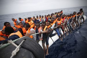 Viduržemio jūroje apvirtus migrantų laivui dingo apie 100 žmonių