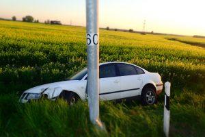 Girto vairuotojo kelionė autostrada baigėsi prie stulpo