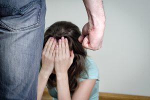 Vyro mušama žmona iš rankų išmetė mažametį