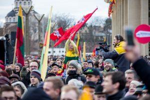 Tūkstantinė minia suplūdo į A. Tapino sušauktą mitingą prie Seimo (vaizdo įrašas)
