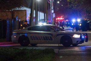 JAV per susišaudymą su policija nukauti du įtariamieji, sužeisti penki pareigūnai