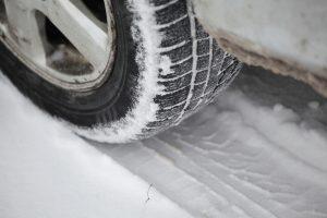 Eismo sąlygas sunkina sniegas, naktį reikės saugotis plikledžio