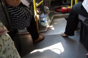 Neeilinis autobuso vairuotojo poelgis: senjorams dalijo vandenį
